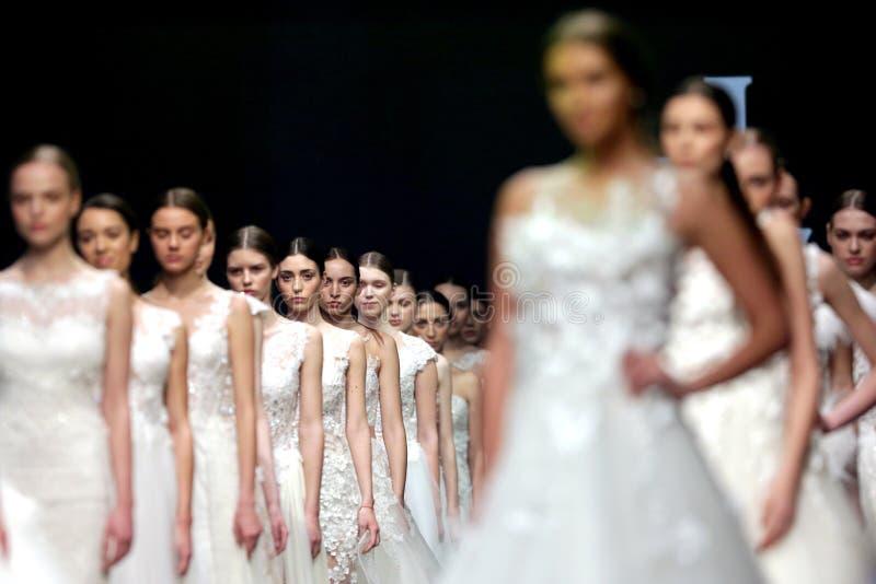 Robes de mariage de piste de défilé de mode belles image stock