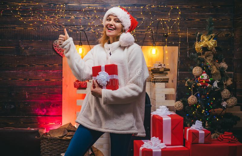 Robes de Noël Portrait étonné riant drôle de femme Grimace comique Hiver de sourire de fille E images stock