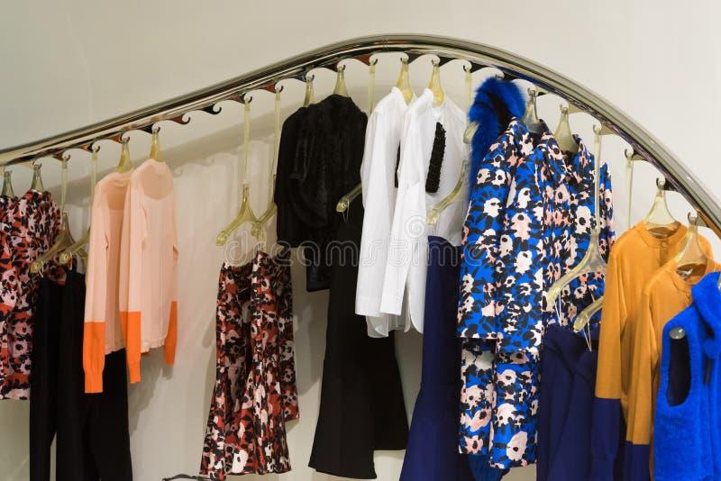 Robes sur des brides de fixation photographie stock