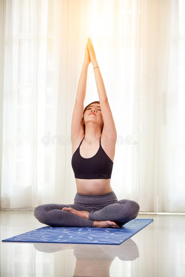 robić kobiety domowy joga zdjęcie stock