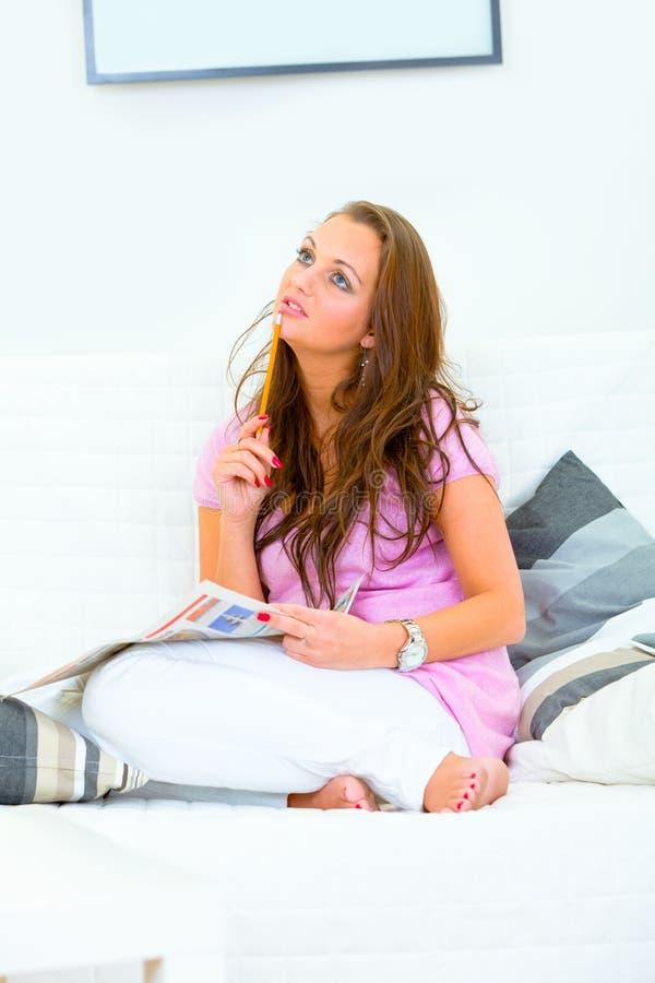 robią ładnej kobiety skoncentrowani crosswords zdjęcie royalty free