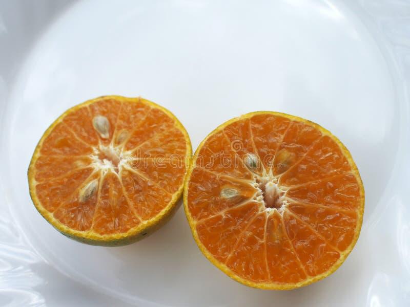Robiąca sekcję pomarańcze na białym tle obrazy stock