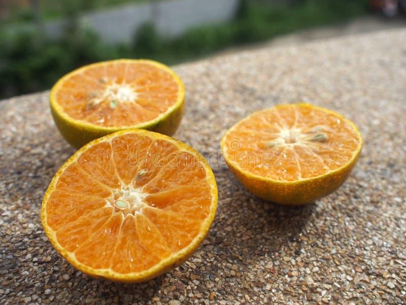 Robiąca sekcję pomarańcze na brązu kamienia tle zdjęcia royalty free