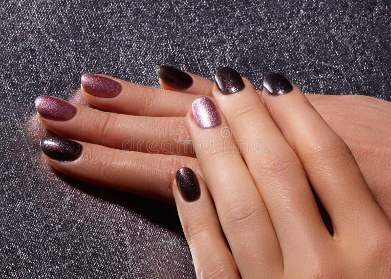 Robiący manikiur gwoździe z błyszczącym gwoździa połyskiem Manicure z jaskrawy nailpolish Mody sztuki manicure z błyszczącą gel l obrazy royalty free
