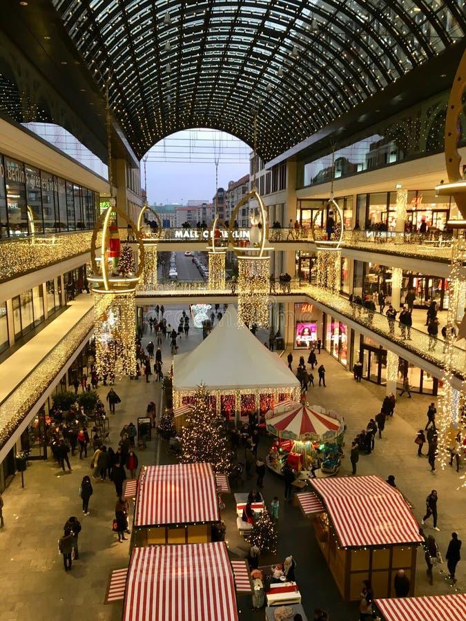 Robiący zakupy «centrum handlowe Berlin «dekorował dla bożych narodzeń, ruchliwie z wiele kupującymi i iluminujący z tysiącami św zdjęcia royalty free