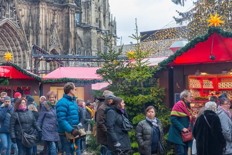 Robiący zakupy boże narodzenie ludzie wprowadzać na rynek przy kwadratem blisko Kolner Dom zdjęcie stock