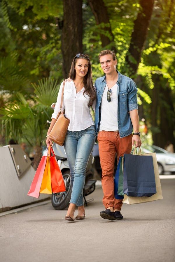 Robiący zakupy pary plenerowej fotografia royalty free
