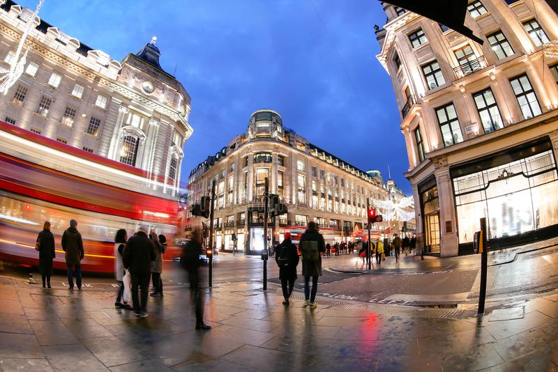 Robiący zakupy przy Oksfordzką ulicą, Londyn, święto bożęgo narodzenia zdjęcia royalty free