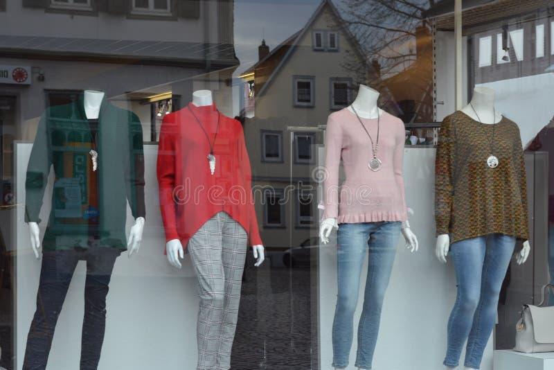 Robiący zakupy w Dieburg, unikalny architektury śródmieście w Dieburg stary Historyczny budynek pobliski Grodowy Fechenbach w Die obrazy royalty free