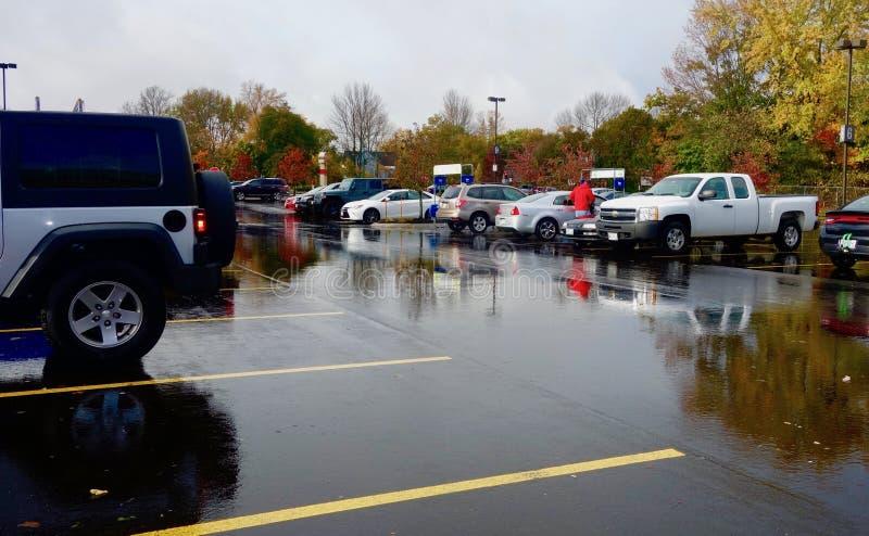 Robiący zakupy w jesieni po tym jak podeszczowa burza, Westbrook Maine Październik 2018 zdjęcie stock