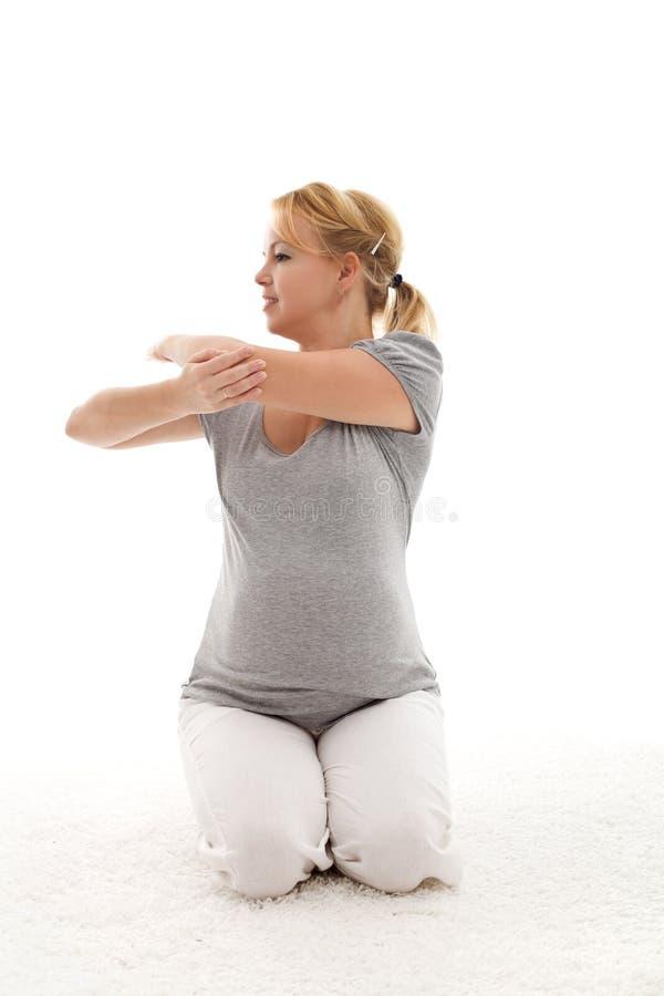 robić ćwiczeń ciężarnej rozciągania kobiety zdjęcia stock