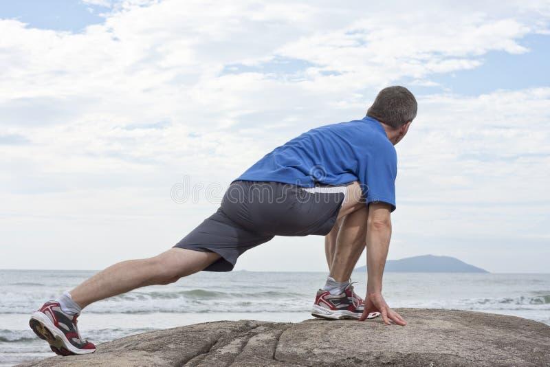 robić ćwiczenia biegacza rozciąganiu zdjęcie royalty free