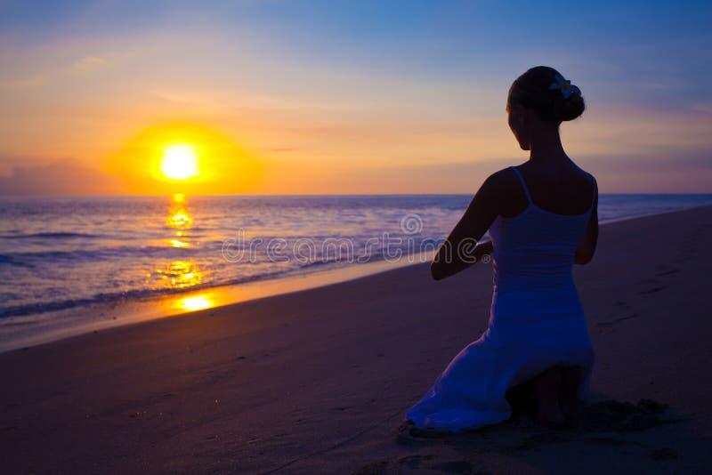 robić ćwiczenia joga kobiety joga obrazy royalty free