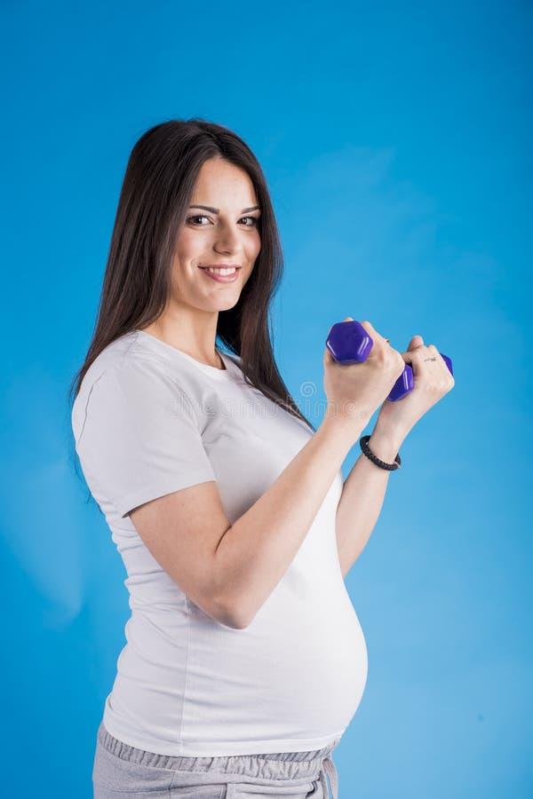 robić ćwiczenia kobieta w ciąży zdjęcie royalty free