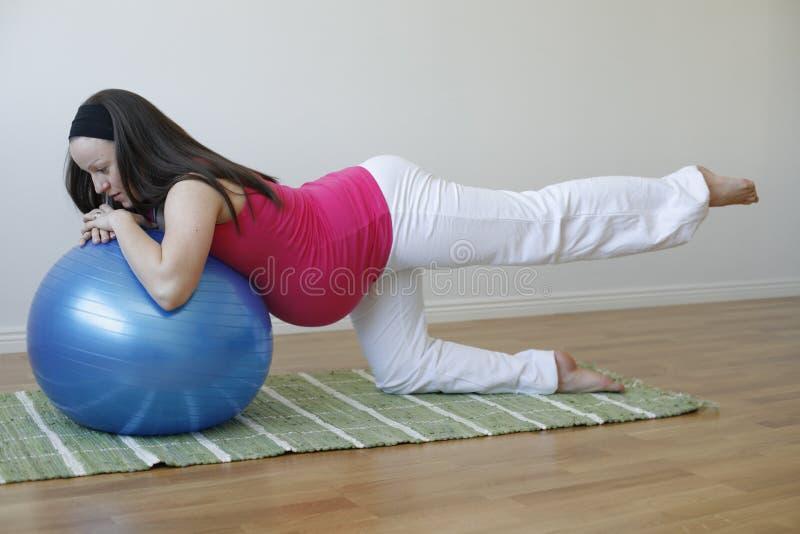 robić ćwiczenia nogi mięśnia kobieta w ciąży potomstwom obraz royalty free