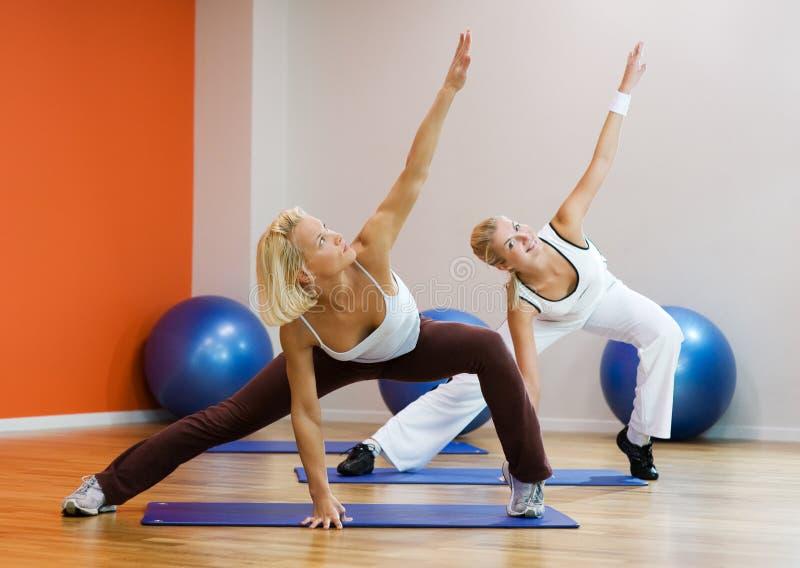 robić ćwiczenia sprawności fizycznej ludzi zdjęcie royalty free