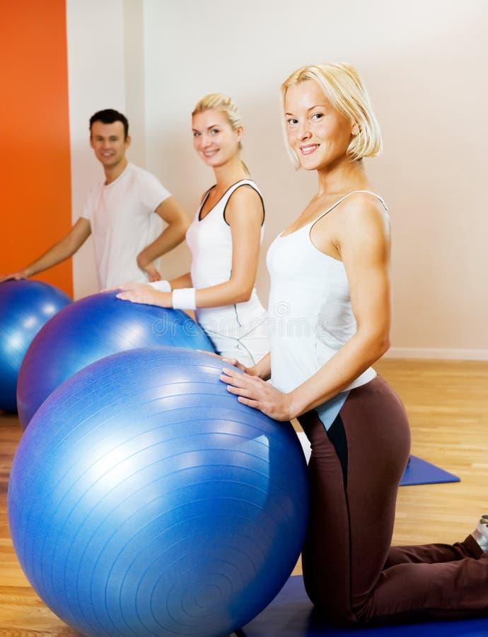 robić ćwiczenia sprawności fizycznej ludzi zdjęcia royalty free