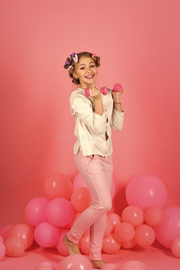robić ćwiczenie dziewczyny urocza mała dziewczynka wzrasta w górę barbell fotografia stock