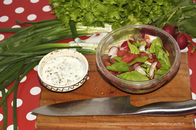 Robić świeżego warzywa sałatki Świezi surowego warzywa składniki dla zdrowy kulinarnego lub sałatka robi nad nieociosanym drewnia zdjęcia stock