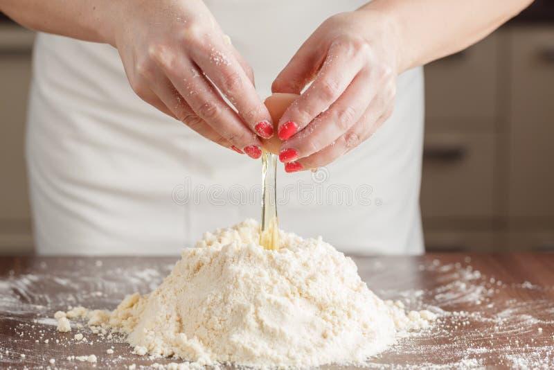 Robić ciasta ciastu dla węgra torta serifs Piekarniany miesza f fotografia stock