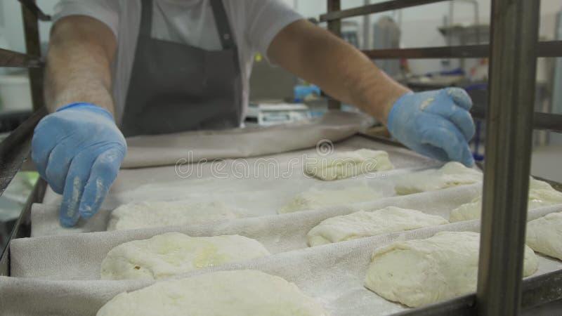 Robić Croissant ciastkom z dżemem i masłem serifs Tnący ciasto z krajaczem w trójboki piekarz w nowożytnej piekarni obraz royalty free