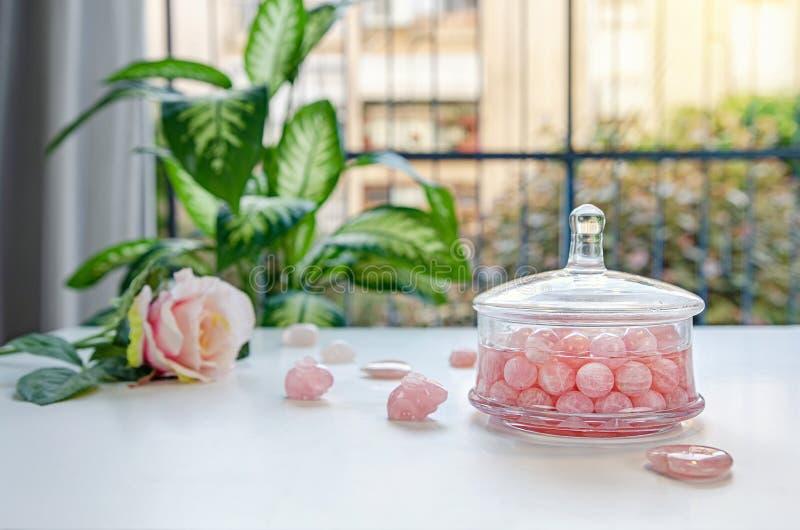 Robić domowej roboty gemstone eliksirowi z różanymi kwarcowymi koralikami obrazy royalty free