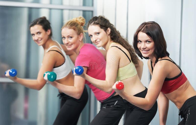 robić dumbbell ćwiczenia sprawności fizycznej zdrowej kobiety fotografia royalty free