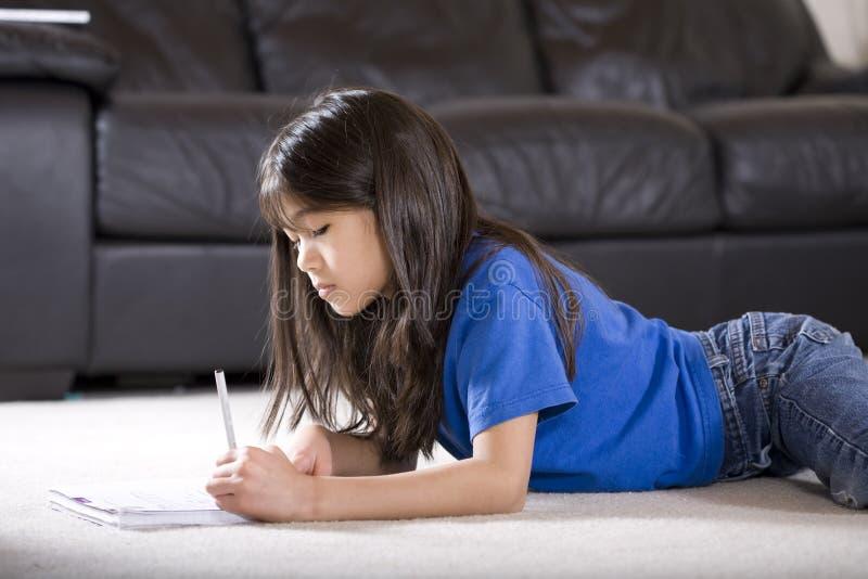 robić dziewczyny trochę jej praca domowa fotografia stock