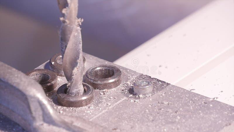 Robić dziurę musztrującego w aluminium i metal używać elektrycznego świder Aluminium lub metalu wiertniczy zbliżenie w metalu war zdjęcia stock