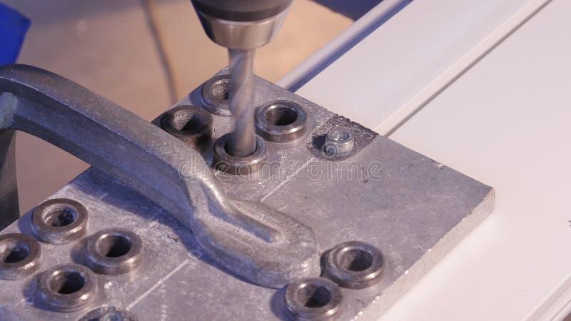 Robić dziurę musztrującego w aluminium i metal używać elektrycznego świder Aluminium lub metalu wiertniczy zbliżenie w metalu war obraz stock