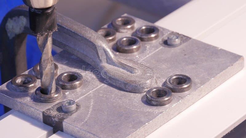 Robić dziurę musztrującego w aluminium i metal używać elektrycznego świder Aluminium lub metalu wiertniczy zbliżenie w metalu war fotografia royalty free