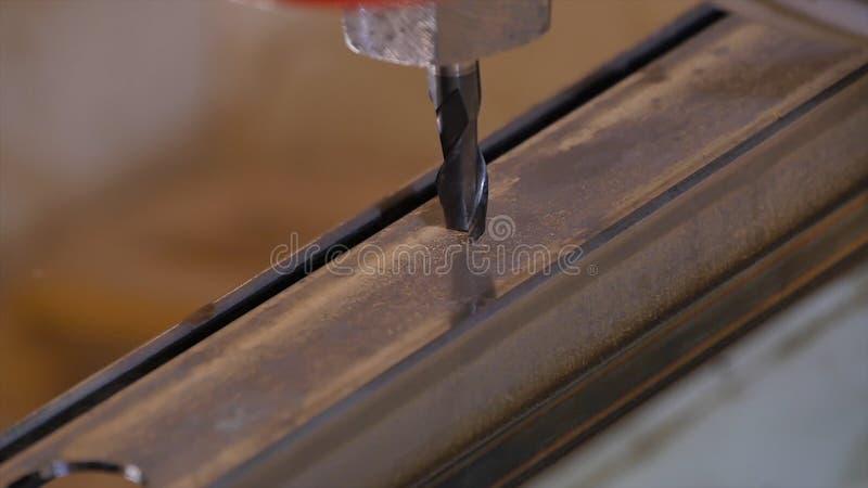 Robić dziurę musztrującego w metal Wiertniczy zbliżenie w metalu warsztacie Pracownik musztruje wewnątrz płaskiego stalowego tale obrazy royalty free