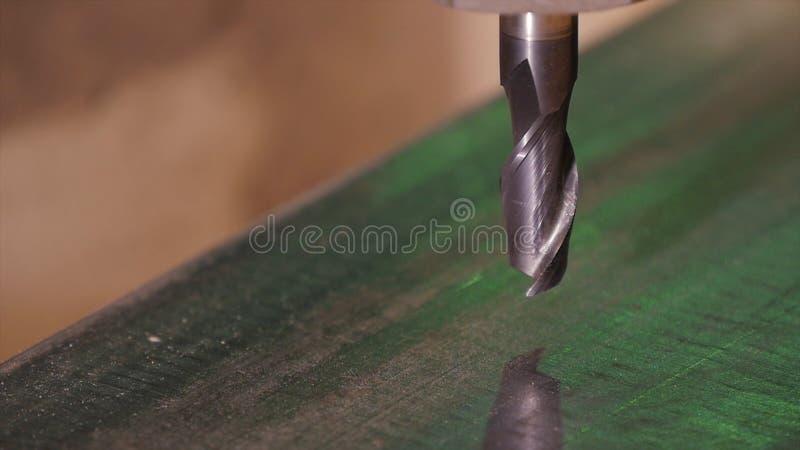 Robić dziurę musztrującego w metal Wiertniczy zbliżenie w metalu warsztacie Pracownik musztruje wewnątrz płaskiego stalowego tale obraz stock