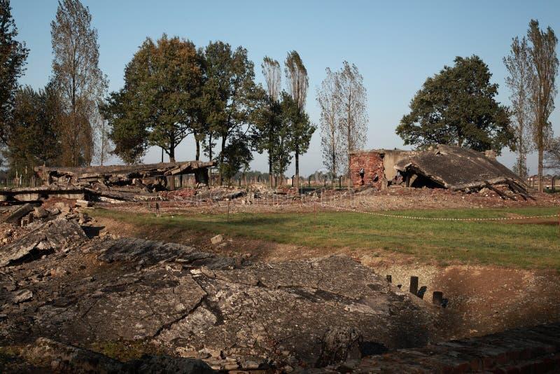 Robić dziurę z lewej strony rozbiórką komory gazowe przy Auschwitz zdjęcie royalty free