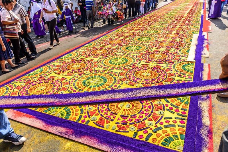 Robić farbującemu trocinowemu wielkiego piątku korowodu dywanowi, Antigua, Gwatemala obraz royalty free