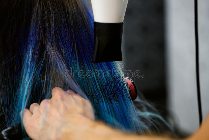 Robić fryzurze używać włosianą suszarkę fotografia royalty free