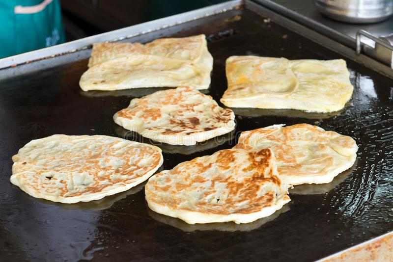 Robić Indiański płaski chleb, roti canai obrazy stock