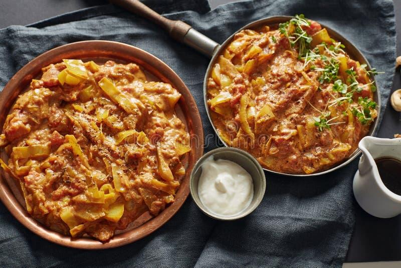 Robić indyjski kapuściany gulasz z pomidorami dekorował watecre fotografia royalty free