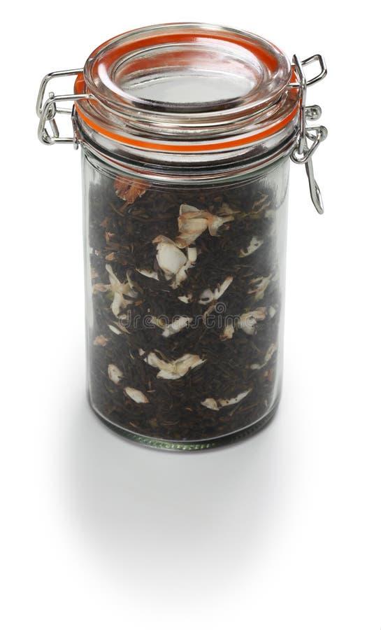 Robić jaśminowej herbaty, zielona herbata z arabskiego jaśminu kwiatem w szklanym słoju obrazy royalty free