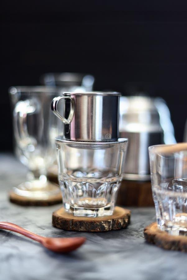 Robić kapinosowi kawowego wietnamczyka projektować Metalu kawowego producenta phin na szkle gotowym dla nalewać kawę na ciemnej t obrazy stock