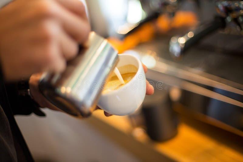Robić kawie z latte sztuką obraz stock