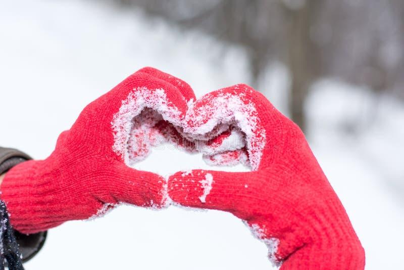 Robić kierowemu kształtowi na zima dniu w czerwonych rękawiczkach fotografia royalty free