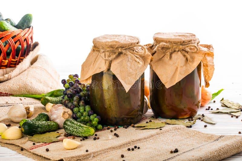 Robić konserwować ogórki w szklanych słojach zdjęcie stock