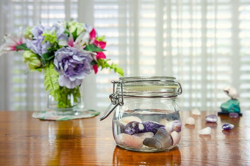 Robić kryształ wodzie z ametystem, różaną kwarc i błękita koronkowym agatem, fotografia stock