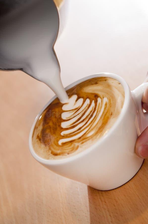 Robić Latte sztuce z Ciepłym Piankowatym mlekiem obrazy royalty free