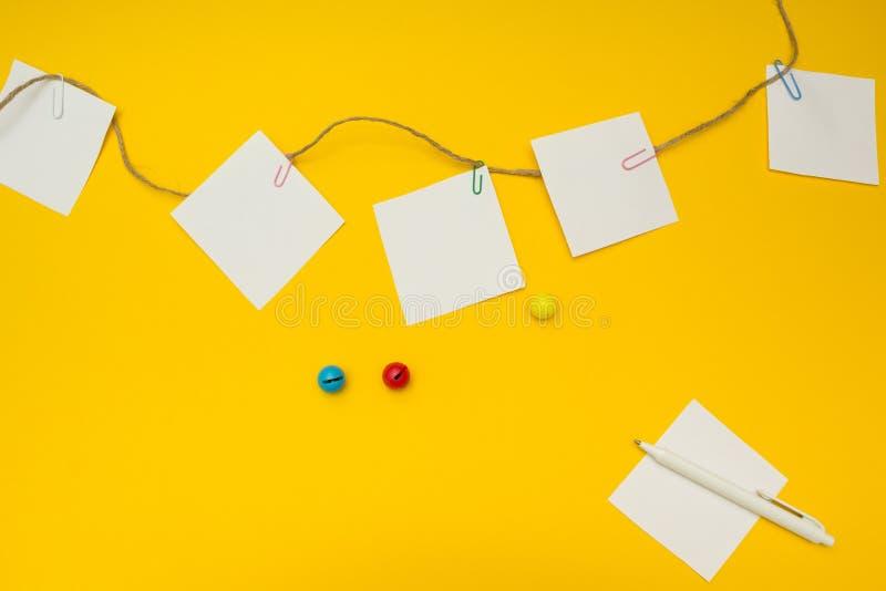Robić liście dla dziecina na żółtym tle, umieszcza dla teksta, pojęcie obraz royalty free