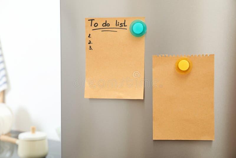 Robić liście i opróżniać prześcieradło papier z magnesami na chłodziarki drzwi w kuchni Przestrze? dla obraz royalty free