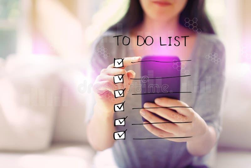 Robić liście z kobietą używa smartphone zdjęcia stock