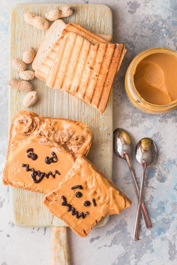 Robić masło orzechowe kanapkom z osobowością! Zabawy smiley twarz rysująca dalej z dżemem Śmietankowy masło orzechowe z dżemem na obrazy stock