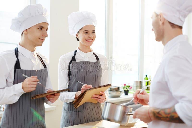 Robić notatkom przy robi kulinarną klasą zdjęcie royalty free